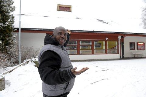 Velkommen: Ebenezer Akoi ønsker velkommen til internasjonal kulturdag på Varden Grendehus lørdag 27. februar klokken 14:00.