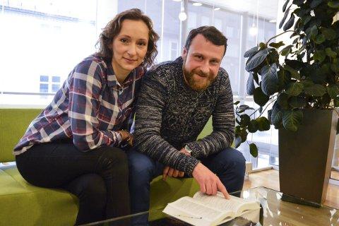 Selvlært: Agnieszka Mierzejewska (33) og Jacek Ban (40) slår opp alle nye ord i ordboka. Det har hjulpet dem til å lære seg norsk på bare ett år. Foto: Hanne Bergby Olsen