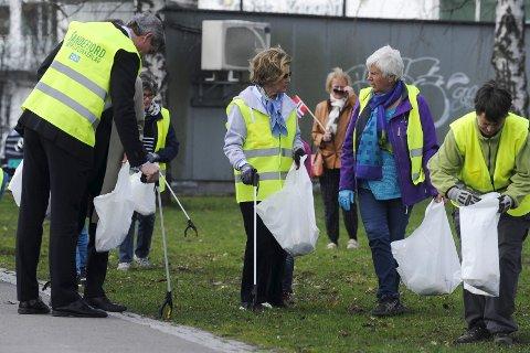 Alle deltok: Ordfører Bjørn Ole Gleditsch (t.v.) fulgte de to dronningene på dugnadsturen i byen.
