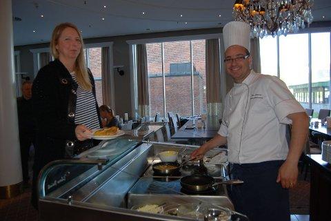 FORNØYD MED FROKOSTEN: Hotellgjest Elisabeth Skarshaug fra Molde. Her med Rui Estevao, frokostansvarlig på Park.