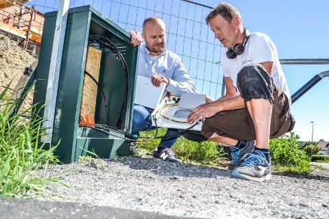 Sandefjord Bredbånd blir AS: Nå har kommunestyret vedtatt at Sandefjord Bredbånd blir et aksjeselskap der de eier alle aksjene. På bildet er Frode Tappeluf (t.v.) og montør Ben-Levi Jensen fra Eneri Fiber, som gjør oppdrag for selskapet.