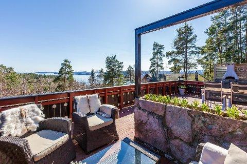 Hytta i Sande har både utsikt til fjorden og båtplass. Den koster betydelig mindre enn en tilsvarende hytte lenger sør i fylket.