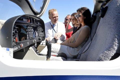 Viste fram: Frode Granlund (f.v.), Arild Theimann, Lozan Balisany og Hadia Tajik fikk under besøket teste ut å fly simulator, Tajik fikk også en flytur for å oppleve skoleflyene som brukes.Alle Foto: Kurt André Høyessen