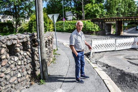 Glir ut: Ifølge Rolf Johannessen, som eier eiendommen Dølebakken 1, har tidligere og nylige gravearbeider gjort at hans mur har blitt skjev.