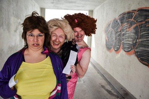 Moro for voksne til inntekt for unge: Dorina Eldøy-Iversen som bingovertinnen Britt, Simon Andersen som Wenche Foss og Heljar berge som bingovertinnen Sigrid.