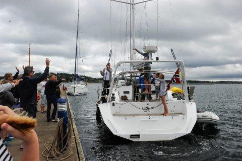 TAR FARVEL: Mange hadde møtt fram for å ta farvel med familien Andersen på Lahellebrygga lørdag. Pappa Bengt og mamma Vibeke med barna Theodor Martin (16), Helena Marie (12) og Oliver Martin (9).