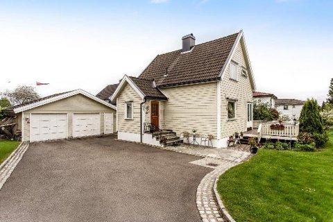 POPULÆRT: Huset på Haukerød er én av 18 boliger Eiendomsmegler1 i Sandefjord har solgt i juli. Det gikk 150.000 kroner over takst.