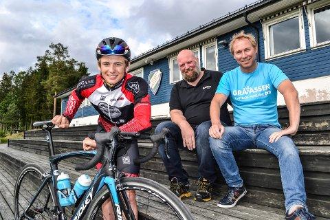 Gråtassen: Tinius Triøm er bare 16 år men satser på en plass blant de 10 beste i Gråtassen triatlon. Bak fra venstre sitter Trond Steinsholt, leder i Gråtassen-komiteen, og markedsansvarlig Hans Christian Trollsås i Kodal Idrettslag.