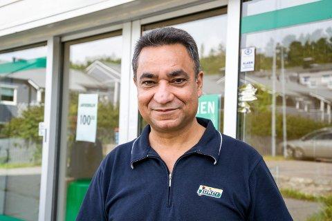 SNART KLAR FOR ÅPNING: Amrit Bindra, daglig leder ved Joker Gjekstad, har allerede mottatt en bunke med søknader. Her står han utenfor Joker i Larvik. (Arkivfoto: Inger Lene O. Steen)