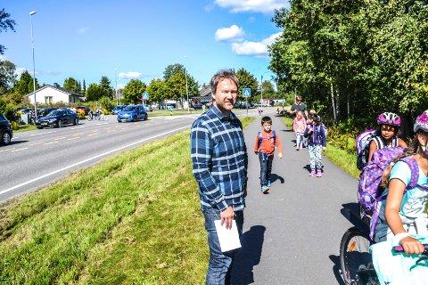 Problem: Rektor Trygve Norskog ved Krokemoa skole sliter med å få foreldrene til å la være å kjøre og hente barna.