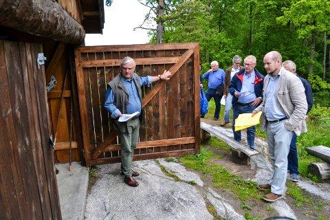 Gjenganger: Flere ganger har Bjørn Haldorsen (t.v.) hatt besøk av politikere og ansatte i kommunen i forbindelse med byggesaker ved gården. Dette er fra en befaring i fjor. Nærmest til høyre Tor Steinar Mathiassen (H) og bygningssjef Sindre Væren Rørby.