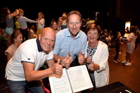 NY SPONSOR: Fra venstre: Tom Gunnar Børresen i Sandefjord Teaterforening,  banksjef Børre Grovan og  Grete Kjølstad.