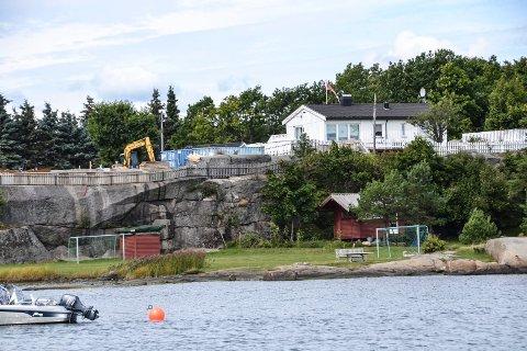 Fotballbane: Eieren har anlagt en fotballbane og satt ut møbler nede ved sjøen. Han har også revet ei hytte for å bygge helårsbolig (til venstre bak). Den hvite hytta er eid av en annen nabo.