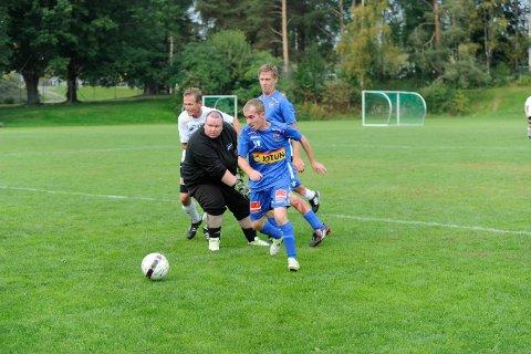NESTEN: Marckos Hazard Anthonus er på vei forbi Odds målvakt. Bak sees Jimmi F. Langård.