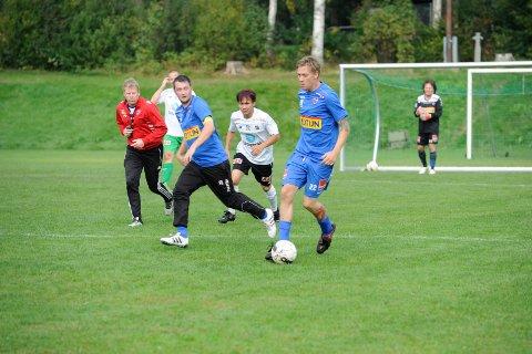 ETTER PAUSE: Jimmi Feen Langård i aksjon med ballen. Christopher Borgersen (til venstre) og Trond Haugen (keeper).