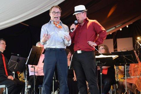 QUIZMASTER: Morten Hagevik (t.v.) stiller spørsmålene når Sandefjord Musikkorps inviterer til quz i Kurbadet lørdag klokka 19.30. Til høyre dirigent Thomas Rimul.