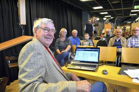 LEGGER FRAM VERKTØYENE: Slektsgransker Osvald Rydjords lavterskelforedrag er et populært innslag ved biblioteket. (Arkivfoto: Paal Even Nygaard)