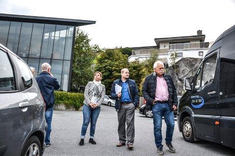 NY ETASJE: Planutvalget sier ja til en ny etasje på dette kontorbygget i Leif Weldings vei. Fra venstre Yllka Neziri (H), bygningssjef Sindre Væren Rørby og teknisk sjef Hans Øvrum.