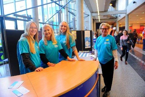 Den europeiske språkdagen markeres på SVGS. f.v: Aurora Palm, Johanne Sund og Aurora Skelton holdt orden på konkurransene og  har språk og reiseliv som valgfag. Til høyre på bildet står Fagutvikler for fremmedspråk Anne Tove Strande.