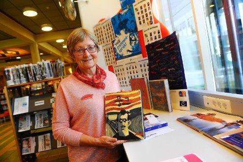 Bibliotekar Arnfrid Steinsholt har laget en  temautstilling med bøker på fremmede språk. Her med en koreansk bok om Munch.