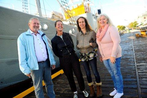 PÅ BESØK: Kirsten Bertelsen og Kathrine Wheeler (i midten av bildet) er fra den skotske byen Dumfries, og er nå på bybesøk for å innhente inspirasjon fra sandefjordinger. På hver sin side har de Dumfries- og Skottland-vennene Petter Enge og Donna Marina Larsen.