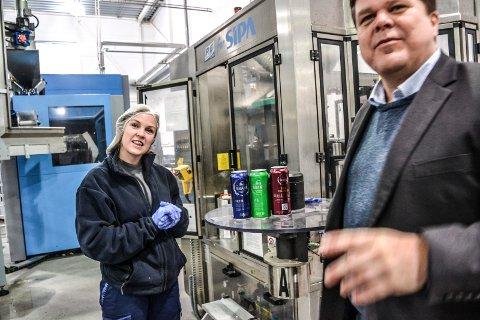 NYE ØLSORTER: Administrerende direktør Morten Gran ved Grans Bryggeri AS lanserer tre nye ølsorter i forbindelse med den nye strategien til Rema 1000. Til venstre operatør Stine Strand Johansen.
