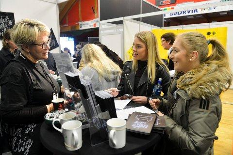 Yrkes og utdanningsmessen 2017 i Jotunhallen. Arbeidstilsynet med egen stand. f.v: Conny  Bruun, Martine (18) og Athea Eriksen(18)