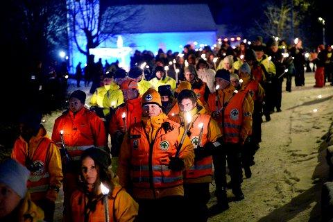 VELKOMMEN: Alle er velkomne til ettertanke for drepte og skadde i trafikken 2016. Dette bildet er fra fakkeltoget ved Skjee kirke i fjor.