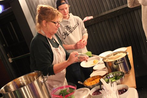 Laila Hanne Olsen og Ole Magnus Stensholt Jacobsen serverer mat til glade napere.