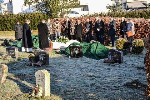 FORELDRENES GRAVSTED: Naboene tar et siste farvel ved gravstedet, der Harry Arvid Fischer får sitt navn på foreldrenes gravstøtte.