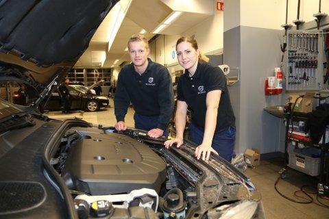 JOBBER I TEAM: Pål Rude og Siv Petersen jobber i team for at verkstedbesøket skal bli så kort som mulig.