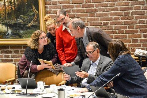 TOK BETENKNINGSTID: Etter et gruppemøte valgte mindretallet å støtte en ny vurdering av mulighetene for bystrand. De fikk derimot ikke flertall for at det samtidig skal vurderes et billigere alternativ med sjøbad. Fra venstre: Hilde Hoff Håkonsen (Ap), Charlotte Jahren Øverbye (SV), Kjetil Olsen (Ap), Arild Theimann (Ap), Nils Ingar Aabol (Ap) og Wenche Davidsen (Ap).
