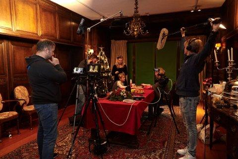 """HISTORISKE OMGIVELSER: Mye av handlingen i """"En julefortelling"""" er lagt til Midtåsen. f.v: Regissør Finn Arild Thordarson, Stian A. Giltvedt, A-foto, Isaac Jacobsen, spiller Lille Tim, Mariola Domurat, kostyme og makeup, Ragna huse, spiller Elizabeth Scrooge og Kjell Inge Eidsaunet, prod.ass og lærling i Supervisuell."""