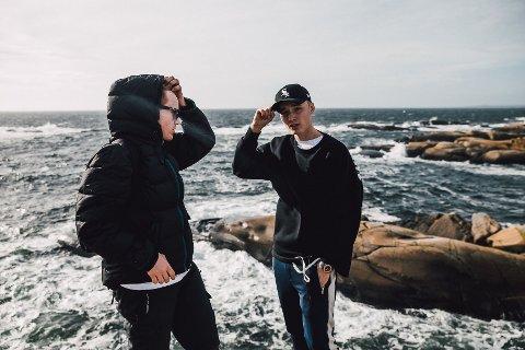 BESØKTE SANDEFJORD: Den finske artisten Isac Elliot (16) gjestet Sandefjord i helgen. Her er han sammen med Sandefjord-regissøren Mikkel Gulliksen under musikkvideoinnspillingen på Folehavna.