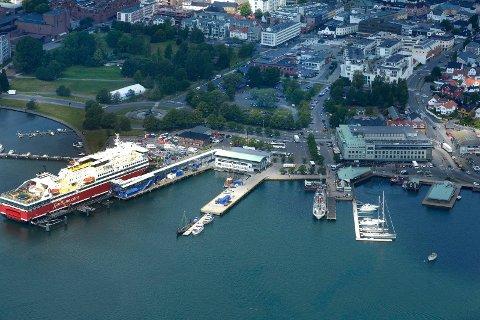 KJØRTE HER: Båtføreren kjørte i indre havn i Sandefjord en sommerdag midt i juli.