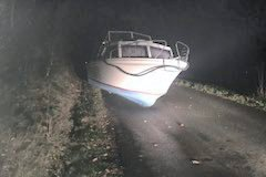 BRÅSTOPP: Tyvegodset endte på asfalten på Helgerød. Nå er båten brakt tilbake til eieren.