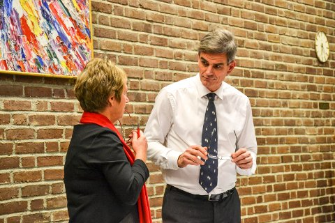 DETALJSTYRER: – Vi har en helt spesiell ordning i Sandefjord. Vi er atypiske, sier ordfører Bjørn Ole Gleditsch, her sammen med Gudrun Grindaker i kommunestyresalen.