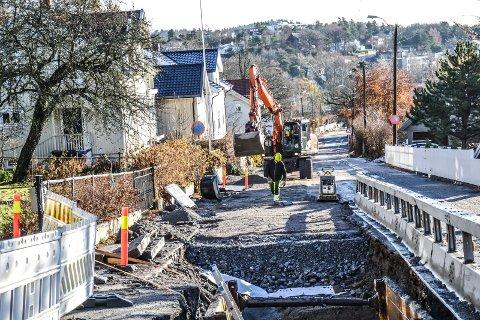 ARBEIDER: Snart blir det nye arbeider i Dølebakken, nå med bygging av nytt sykkelfelt. Arbeidene kan starte så snart den som vinner anbudsrunden er klar til å begynne. Bildet er fra sist vinter, da kommunen gravde ned nye vann- og avløpsledninger på strekningen.