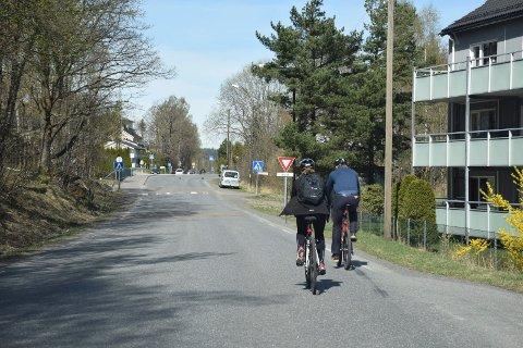 PLANLAGT I LANG TID: Karin Virik (V) og Bjørn Ole Gleditsch (H) demonstrerte hvordan man må sykle i Industriveien. Bildet er tatt i 2015, da det ble gitt statlige midler til gang- og sykkelveien.