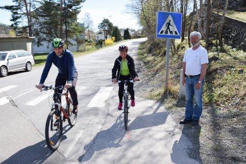 INDUSTRIVEIEN: Kommunen har i mange år forsøkt å få anlgat gang- og sykkelvei langs Industriveien. Her er ordfører Bjørn Ole Gleditsch (H) og Karin Virik (V), sammen med daværende kommunestyrerepresentant Vidar Andersen (Frp).