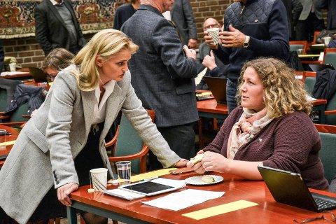 SLÅR TILBAKE: Kommuneadvokat Miriam Schei (t.v.), her sammen med Ap-gruppeleder Hilde Hoff Håkonsen i kommunestyresalen, mener anklagen fra Grindaker om at hun driver omkamp, er grunnløs.