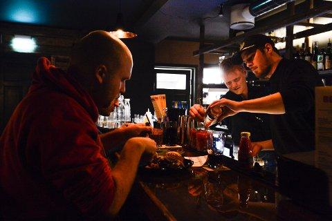 Beist Burgerbar åpnet i dag. Bartenderne Gjørund Helgerød og Jonar Horntvedt synes det er flott med den uformelle stilen og lar folk spise i baren.
