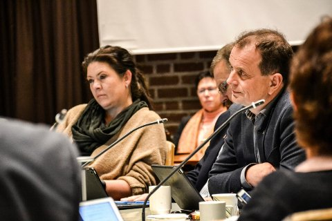 FORMANNSKAPET: Her har Bjarne Sommerstad (Sp, t.h.) akkurat informert Cathrine Andersen (FrP, t.v.) og resten av formannskapet om at han har snudd i bystrand-saken. Det er Andersen lite fornøyd med.
