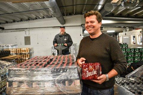 FORNØYD: Butikkvarianten av Lade Gaards juleøl (pallen) gikk helt til topps i VG test av juleøl. Det er administrerende direktør Morten Gran (t.h.) fornøyd med. Bak står lagerarbeider Tore Østerud.