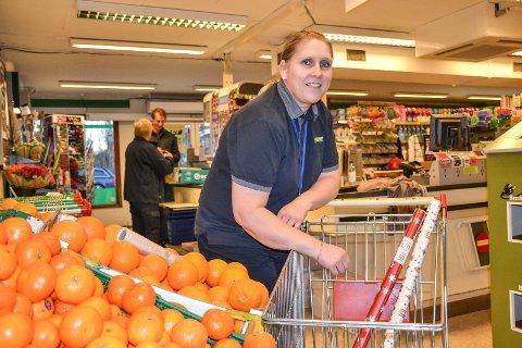 SLÅ FJORÅRET: I fjor opplevde Yvonne Andreassen stor giverglede blant kundene hos Joker Virik. I år håper hun å samle inn enda flere varer som kan komme trengende til gode.