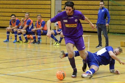 SIKRET SEKS POENG: Mak Dizar (t.v.), her i aksjon under lørdagens kamp mot Vadmyra, og Sandefjord Futsal vant begge sine hjemmekamper i helgen.