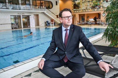 SELVBETJENT: Administrerende direktør Thomas Ødegård ved Scandic Park Hotel gjør Parkbadet selvbetjent fra 1. april. Åprningstidene blir imidlertid de samme.