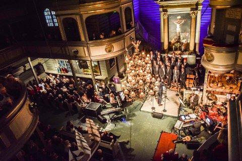 VARM STEMNING: Sandar kirke har vært smekkfull under  «Lys i mørke» de siste årene, her ved 2015-versjonen. Det betyr penger i kassa til folk som trenger en ekstra skjerv i julehøytiden. Arkivfoto: Flemming Hofmann Tveitan