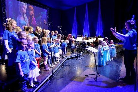 KOMMER: Sandar juniorgospel, her avbildet under Barnas nyttårskonsert med Framnes Musikkorps i Hjertnes.
