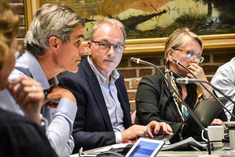 FORMANNSKAPET: – Det vil alltid være ønsker som ikke kan innfris, skriver konstituert rådmann Stein Rismyhr (i midten) i sitt forslag til budsjett og økonomiplan. Til venstre sitter ordfører Bjørn Ole Gleditsch (H), til høyre sekretær Mette Wiik.